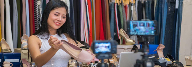 ผู้ประกอบการถ่ายภาพสินค้าสำหรับร้านค้าออนไลน์ของเธอ